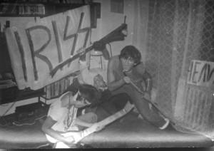 """IRIS scris cu 2 """"s"""", inspirat de logo-ul trupei KISS."""