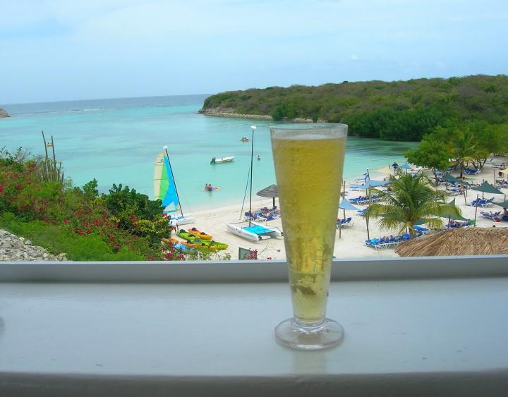 Am fost pe o plaja ca-n filme, pe o insula cu nume de sopirla: Antigua.