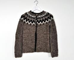 Sursa foto: http://www.loveitsomuch.com/stores/brown-traditional-icelandic-lopapeysa-with-shoulder-pattern-woolen-childrens-teens-sweater-hand-knit,401150.html